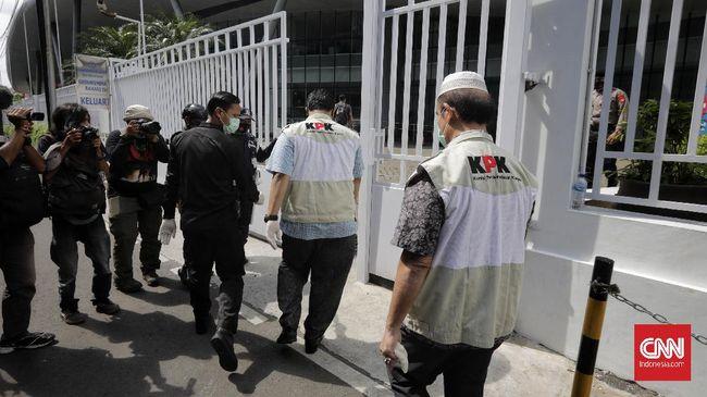 KPK kembali mengambil sejumlah barang bukti berupa uang dan dokumen dari penggeledahan selama 16 jam.