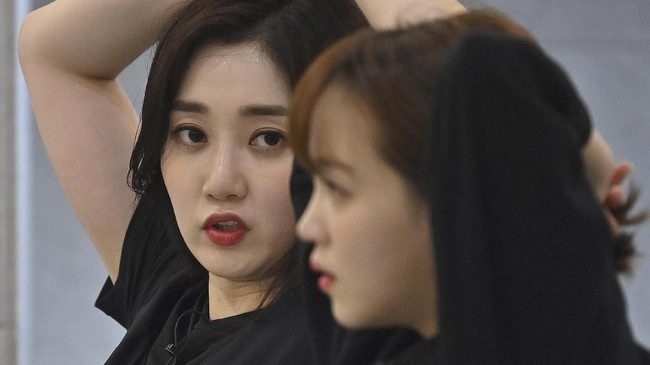 Di balik keriuhan dan kilau K-pop yang mendunia, industri hiburan Korea Selatan itu juga menghadirkan sisi gelap perangkap obsesi menjadi idol.