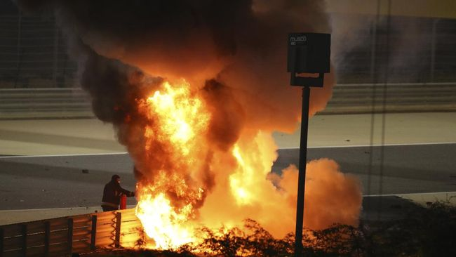 Pembalap tim Hass Romain Grosjean mengalami kecelakaan horor hingga akhirnya mobil Formula 1 miliknya terbakar di F1 Grand Prix Bahrain.