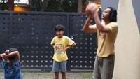 <p>Kini Dwi Sasono kembali punya waktu bermain dengan anak-anaknya. (Foto: Instagram @widimulia)</p>