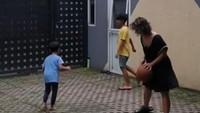 <p>Kebahagiaan juga dirasakan sang istri, Widi Mulia, yang turut serta main basket. (Foto: Instagram @widimulia)</p>