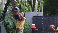 <p>Seru banget ya Dwi Sasono saat main bareng anak-anaknya. (Foto: Instagram @widimulia)</p>