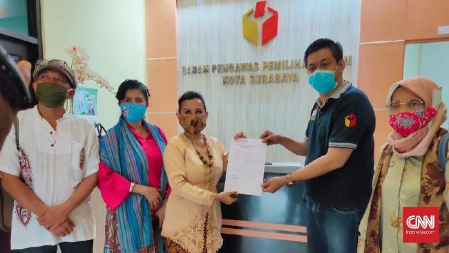 Emak-emak melaporkan kubu paslon Pilwalkot Surabaya nomor urut 2  soal video 'hancurkan Risma' ke Bawaslu, Sabtu (28/10).
