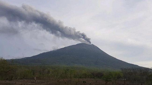 Status Gunung Ili Lewotolok dinaikkan dari level II (waspada) menjadi level III (siaga) setelah mengalami erupsi dua hari terakhir.