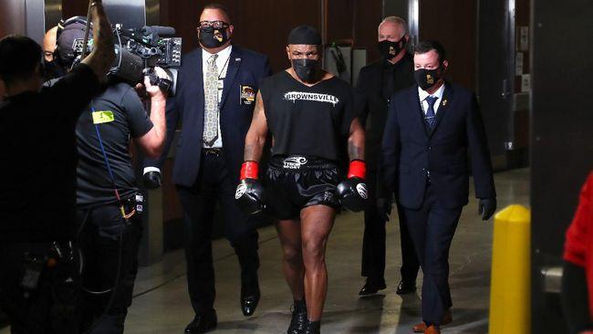 Mike Tyson menjalani sisa hidupnya dengan tujuan yang jelas, mengarungi jalan yang berbeda dibanding saat ia bergelimang kejayaan.