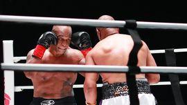 Penghitungan Tak Resmi: Tyson Menang Angka atas Jones