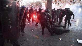 FOTO: Ricuh Demo Penolakan RUU 'Pengintaian Warga' di Prancis