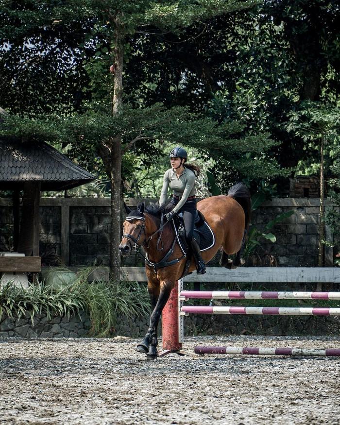 Berbeda halnya dengan aktris cantik Nabila Syakieb, berkuda bukan lagi sekedar olahraga semata untukknya. Sebab, lewat kegiatan berkuda ini ia sering kali mengikuti berbagai macam perlombaan berkuda. Gerakannya saat berkuda pun bukan lagi dikatakan sebagai pemula, tapi sudah pada tahap profesional. Karena kecintaannya dengan berkuda ini, ia pun memiliki beberapa ekor kuda dengan harga yang fantastis! (Foto: Instragram.com/nsyakieb85)