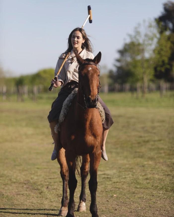 Saat liburannya ke Argentina, Cathy Sharon tampil begitu cantik saat tengah berkuda. Dalam foto unggahannya di laman Instagram, ia terlihat begitu fashionable dengan blouse berwarna broken white dan celana kulotnya. Dengan rambut terurai sempurna, ia terlihat begitu cantik ketika menunggangi kuda tersebut. (Foto: Instragram.com/cathysharon)