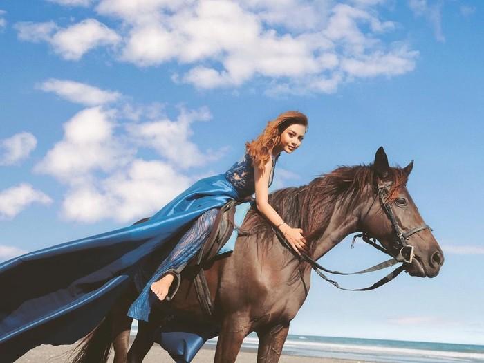 Selanjutnya ada Aurel Hermansyah yang tampil cantik saat menunggangi kuda. Dalam foto unggahannya di laman Instagram, nampaknya Aurel tengah melakukan sebuah pemotretan. Dengan long dress berwarna biru dan rambutnya yang terurai, anak sulung dari Anang Hermansyah ini terlihat begitu cantik. (Foto: Instragram.com/aurelie.hermansyah)