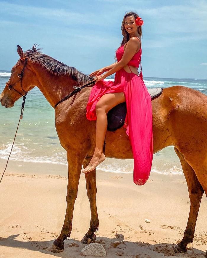 Menggunakan dress berwarna pink sembari menunggangi kuda, Indah Kalalo terlihat begitu cantik. Dalam foto unggahannya tersebut, Indah sedang berada di pantai dan berjalan santai dengan menunggangi kuda. Sembari tersenyum ke arah kamera, pemain sinetron yang satu ini terlihat begitu cantik. (Foto: Instragram.com/indahkalalo)