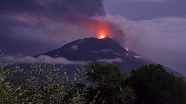 Gunung Ili Lewotolok, NTT, melontarkan material pijar usai mengalami dua kali letusan pada Senin (15/3) dini hari hingga pagi.