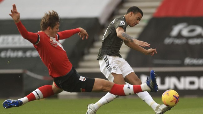 Edinson Cavani membawa Manchester United menang dramatis atas Southampton. Simak foto pilihan laga tersebut.