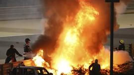 FOTO: Mobil Grosjean Terbakar dan Terbelah di F1 GP Bahrain
