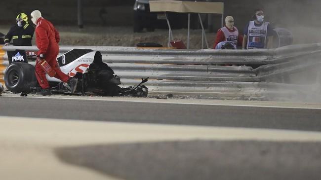Pembalap tim Haas, Romain Grosjean, mengalami kecelakaan yang membuat mobilnya hancur pada GP F1 Bahrain, Minggu (29/11).