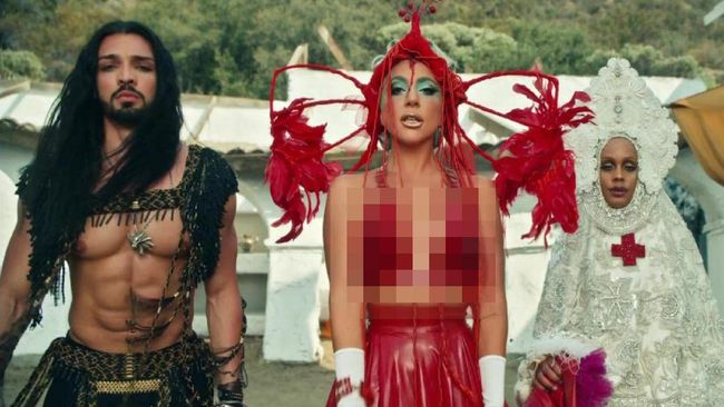 Kostum unik yang pernah dikenakan Lady Gaga dalam video klip 911 siap dilelang oleh rumah lelang Kerry Taylor Auctions, di London, Inggris.