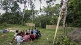 Sejumlah relawan turun ke kampung-kampung memberikan pengajaran kepada anak-anak untuk menulis dan membaca di Kampoeng Baca Taman Rimba (Batara) Bayuwangi.