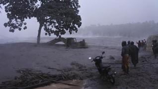 Mobil Hanyut Terseret Banjir Lahar Dingin Gunung Semeru