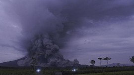 FOTO: Gunung Semeru Meletus