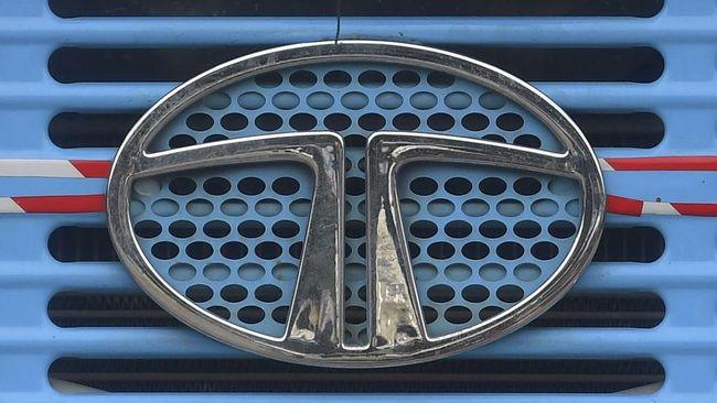 Membungkus mobil baru dengan gelembung plastik merupakan cara Tata Motors semasa new normal untuk mencegah penularan Covid-19.