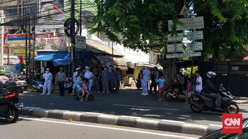 Sejumlah anggota Laskar Pembela Islam menjaga kawasan Petamburan, Jakarta Pusat. Mereka juga memeriksa kendaraan dan orang yang akan masuk wilayah itu.
