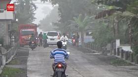 VIDEO: Gunung Semeru Luncurkan Awan Panas, Warga Mengungsi