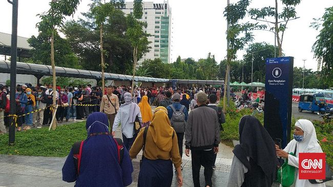 PT KCI menyatakan antrean penumpang komuter di Stasiun Tanah Abang, Rabu (2/12), merupakan dampak penyekatan agar tak terjadi penumpukan di dalam kereta.