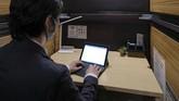 Sepinya turis mancanegara membuat salah satu hotel kapsul di Jepang mengubah kamarnya menjadi ruang kerja.