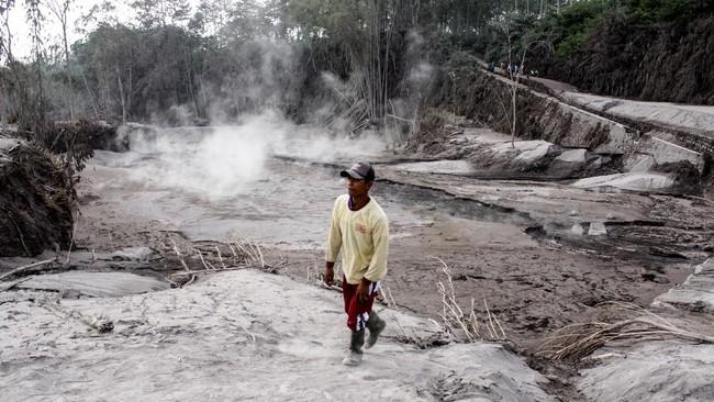 Gunung Semeru mengalami erupsi yang menyebabkan awan panas letusan meluncur ke arah Curah Besuk Kobokan sepanjang 11 kilometer.