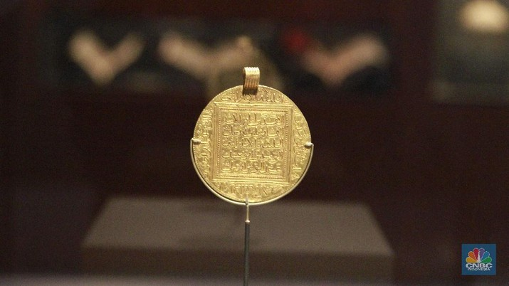 This photo taken Wednesday, March 4, 2015 shows a 10 dinar gold coin from Morocco's Almohad Dynasty on exhibit at the Mohammed VI Museum of Modern and Contemporary art in Rabat, Morocco. The