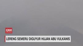 VIDEO: Lereng Semeru Diguyur Hujan Abu Vulkanis