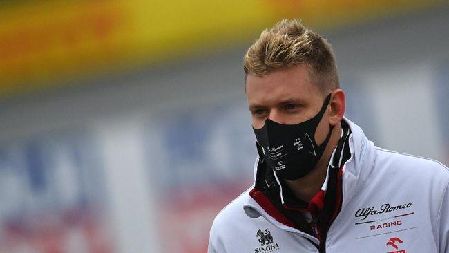 Anak dari pembalap legendaris Michael Schumacher yaitu Mick Schumacher mengikuti jejak sang ayah balapan di ajang Formula 1.
