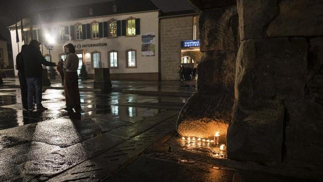 Sedikitnya lima orang, termasuk satu bayi tewas dalam insiden mobil yang menabrak jalur pejalan kaki di Trier, Jerman pada Selasa (1/12).