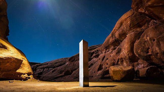 Sebuah tonggak logam misterius ketiga yang diduga merupakan sebuah monolit ditemukan di puncak Gunung Pine, California, AS.