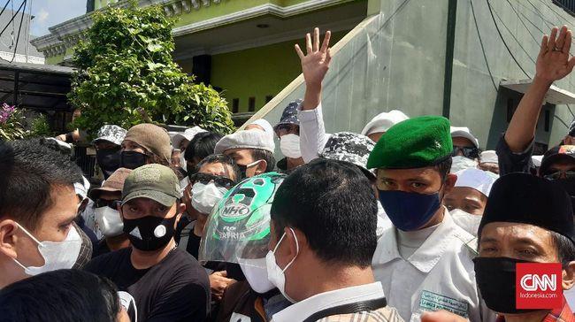Penyidik Polda Metro Jaya batal menyampaikan surat panggilan kedua untuk Rizieq lantaran pengusiran dan umpatan oleh massa di Petamburan.