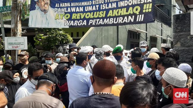 Petugas Polda Metro Jaya mengalami kesulitan tersendiri saat akan mengantar surat panggilan kedua buat Imam Besar FPI Rizieq Shihab, Rabu (2/12).