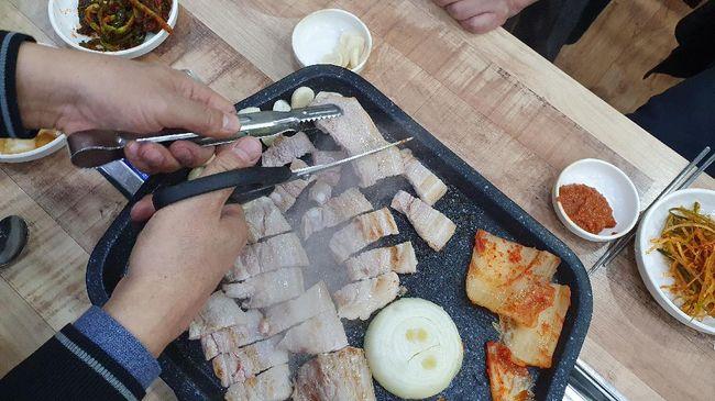 Drama Korea tak hanya menyuguhkan kisah cinta yang menarik, tapi juga berhasil mempopulerkan banyak makanan. Berikut makanan yang populer berkat drakor.