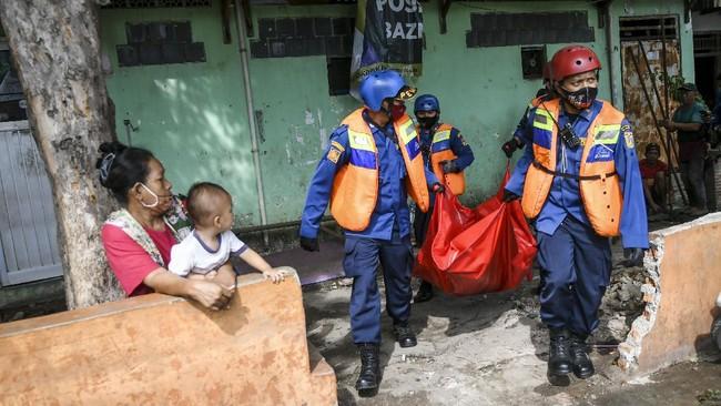 Kegiatan simulasi Kampung Bencana diprakarsai Pemkot Jakpus guna meningkatkan kemampuan petugas dan warga menangani banjir yang kerap terjadi di wilayahnya.