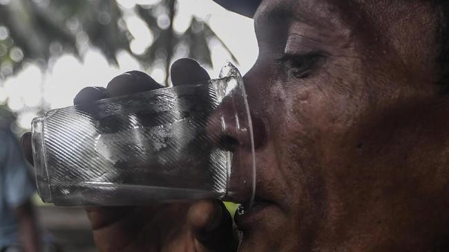 Maluku memiliki warisan budaya berupa minuman beralkohol tradisional bernama sopi yang terbuat dari air nira kelapa.