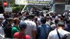 VIDEO: Massa FPI Hadang Polisi Kirim Surat Panggilan Rizieq