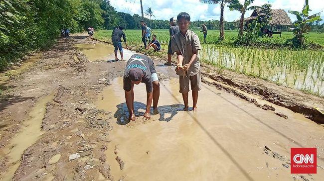 Warga Desa Pasir Gadung, Pandeglang, Banten mengaku setidaknya selama 20 tahun belum pernah ada jalanan diaspal di desanya.