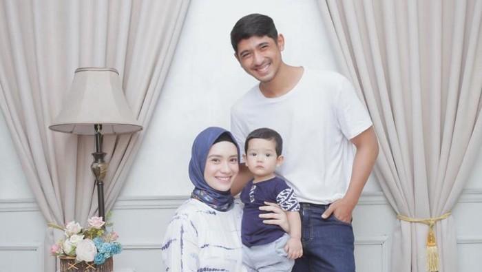 4 Gaya Hijab Simple ala Putri Anne, Istri Arya Saloka
