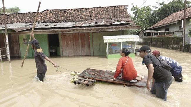 Sungai Serayu meluap sehingga menyebabkan banjir Banyumas, Jawa Tengah setelah curah hujan ekstrem yang terjadi pada Rabu (2/12) malam.