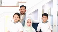 <p>Dari pernikahannya dengan Bedu, Anggie dikaruniai tiga orang anak yang menggemaskan, Bunda. (Foto: Instagram @anggie_bedu)</p>