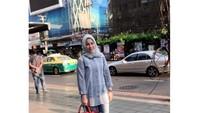 <p>Anggie kerap tampil simple, namun tetap modis dengan hijab dan gaya busananya. (Foto: Instagram @anggie_bedu)</p>