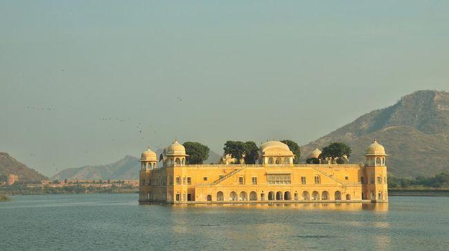 Bagi wisatawan yang sedang pelesir di Jaipur, India, jangan lupa menyambangi Jal Mahal, istana megah yang sengaja direndam di tengah danau.