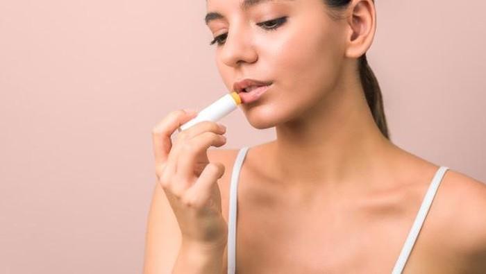 Lip Balm vs Lip Gloss, Apa Sih Bedanya?