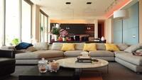 <p>Nikita Willy dan Indra Priawan hidup bahagia menempati sebuah apartemen di kawasan Dharmawangsa, Kebayoran Baru. Apartemen mereka sangat besar dan dilengkapi dengan perabotan mewah yang sangat nyaman. (Foto: YouTube TRANS7 OFFICIAL)</p>