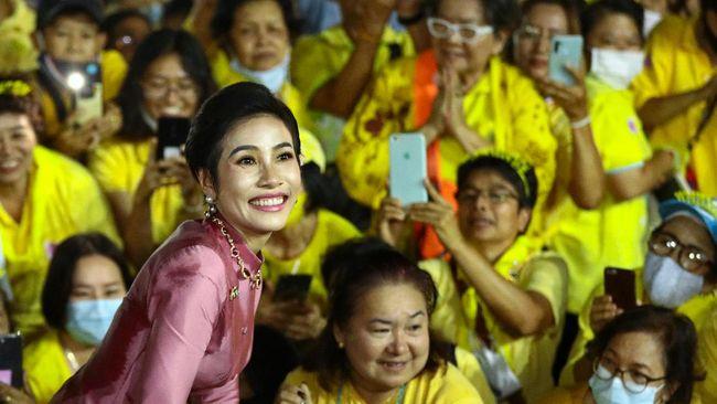Kontroversi beredarnya ribuan foto syur Selir Thailand, Sineenat Wongvajirapakdi terancama menggulingkannya dari lingkaran kerajaan.