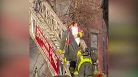 VIDEO: Aksi Heroik Selamatkan Ibu Dan Anak Terjebak Kebakaran